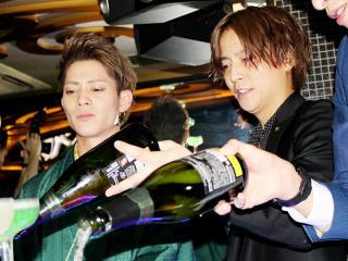 みんなもシャンパンを注いでいきますよ!