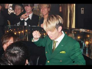 NOEL幹部補佐緑のスーツが似合います!!