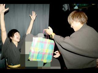 賢治主任からプレゼントを貰い大盛り上がり!!!