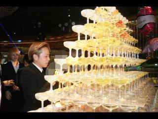 良き先輩である心CPOもシャンパンを注ぎます!