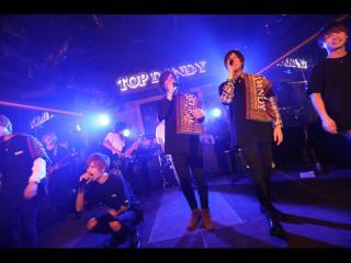 続いてはこちらの方々!「SMAP」の曲をみんなで披露!