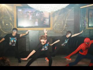 ダンス1曲目はスパイダーマンの曲でパラパラ!!