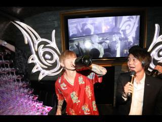 口でシャンパンを開けた後に豪快にボトルごといきます!隣で驚きの顔の聖耶代表!!