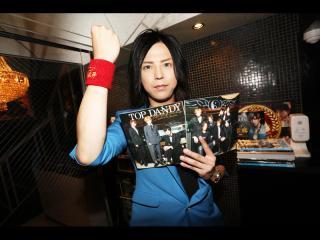 お店に入ると翔平部長がお店の冊子を持っていつものポーズでお出迎え!(笑)