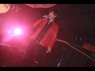 赤のジャケットが似合ってますね♪